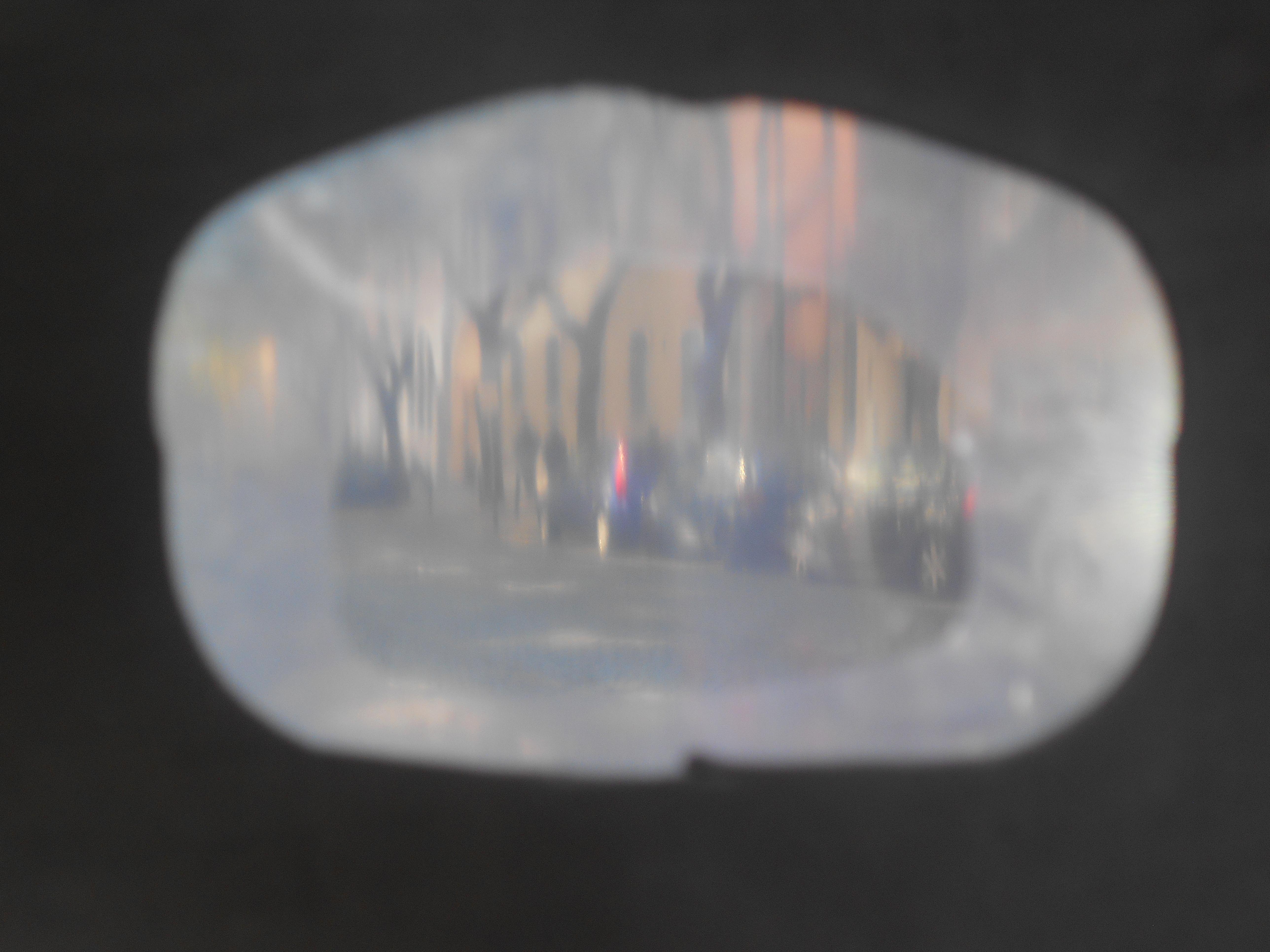 Fotografia de uma estrada com carros, do ponto de vista de quem se prepara para a atravessar, desfocada.