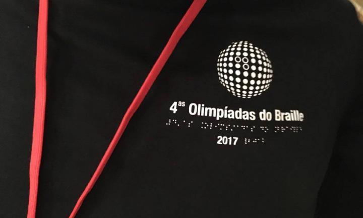 Logo das Olimpíadas do Braille em t-shirt preta