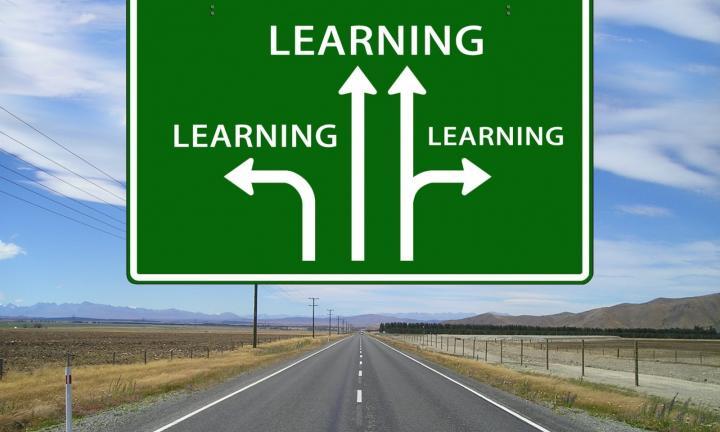 Sinalética em autoestrada com três direções: Learning [aprender], learning, learning