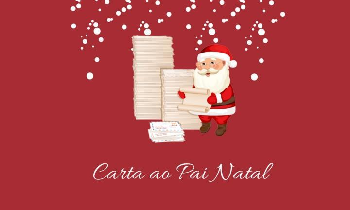 Pai Natal a ler carta ao lado de duas pilhas de cartas.