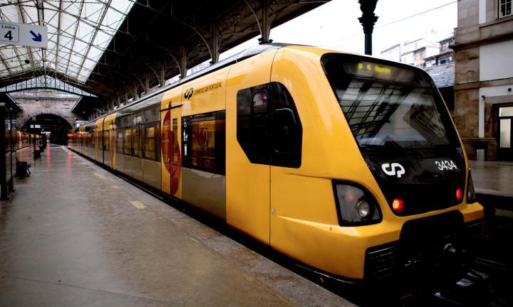 Comboio de cor amarela