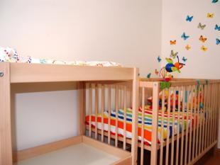 Quarto de bebé: cama de grades e fraldário